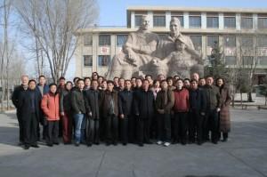 学校内部人员站在学校创始人路易艾黎与George Hogg雕像前