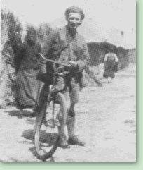 秘书身份的路易艾黎通常用自行车或搭便车旅行了数千公里。