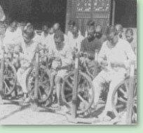工合会员在成都学习使用新型的手纺车。