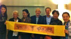 奥克兰分会前主席 Cecil Fowler, 现主席 George Andrews, 及分会秘书 Murray Hoare 接受上海妇女协会赠送的画卷