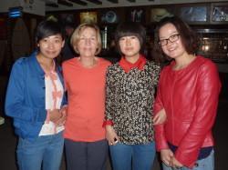 Ann White 和何明清学者Wang和Zhu。导游Wang Fang在最右面
