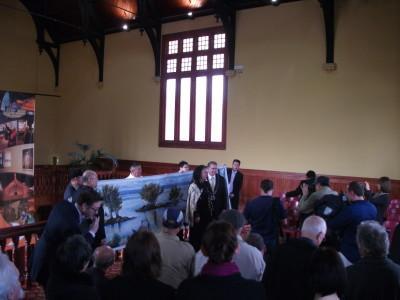 赵先生在现场赠送绘画给罗托鲁阿市长Kevin Winter