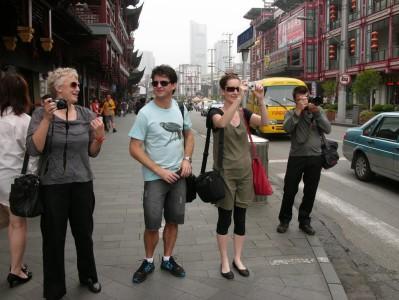 我们的新闻传媒组成员们一到上海都掩盖不住兴奋:齐齐拿出相机录像机忙碌拍起来。 从左到有: Sally Rae,奥塔哥日报的农业版编辑;Liam Dann,新西兰先驱报的商业经济版编辑;Heather McCarron, 电台直播员;还有David White,先驱报和新西兰聆听者的的摄影师。