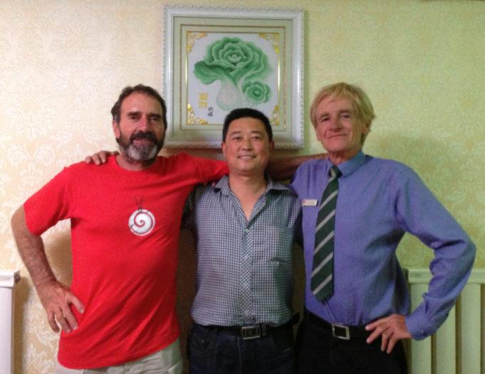 Brendan (左),Jim Kenny 和山丹餐馆老板