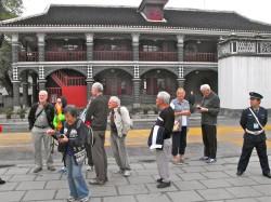 本次参加团员在贵州遵义会议会址大楼前。1935年1月, 长征期间,在这里召开的遵义会议,毛泽东坚定走农民起义路线和制定针对国民党围剿政策。在这里,毛泽东奠定了他的领导地位。