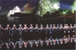 桂林阳朔漓江傍边的苗族姑娘们表演刘三姐节目