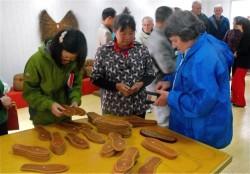 本篇作者在由新中友好协会支持的陕西南郑合作社检查棕榈产品
