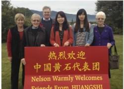 从左到右:尼尔森分会会长 Christine Ward, 秘书 Barbara Markland, 会计 Royden Smith, Sun Xue Qing, Gong Xiao Min, and Kathy Beatson.
