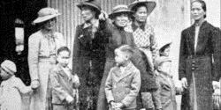 Ken Chan (图中双手握住的小男孩) 在1939年到达新西兰。在他身后的是他的姑姑,她正指着他的父亲。这是Ken第一次见到他的爸爸。在他左边的是他的祖母和母亲。 图片来源: 新西兰先驱报