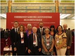 澳大利亚和新西兰的出席代表们: 后排从左到右边: Charles Rowe (新中友好协会), Dorothy Waymouth 及其儿子 Matt Parkes (路易艾黎的亲戚), Melissa Tauroa (新西兰中国毛利友谊)和 Ross Gwyther (澳大利亚中国友好协会). 前排从左到右: Jessica Rowe (新中友好协会), Neville Green (澳大利亚中国友好协会), Patricia 和Gaelene Tauroa (新西兰中国毛利友谊).