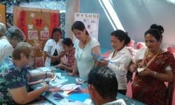 新中友好协会马纳瓦图分会会元在北帕公共图书馆给市民展示中国书法和中国剪纸