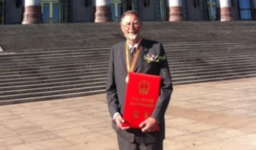AgResearch高级科学家Phil Rolston博士被授予中国给外国科学家的最高荣誉。 © NZ Herald