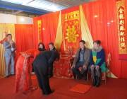 王方和叶希向他们的父母鞠躬。右边为王方的父母