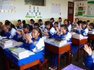 一对澳大利亚夫妇访问期间,Jane Furkert在山丹培黎学校的课。