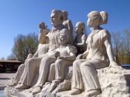 在山丹南湖公园的艾黎纪念雕塑。最近一对曾在北京遇见过艾黎的澳大利亚夫妇参观了这里。