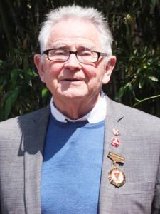 Bill Willmott 接受他的工合奖章