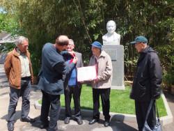 Bill Willmott 被工合主席,Michae了Crook授予工合奖项。  右边, Nie Guangtao. 左边,一个比利时工合代表。