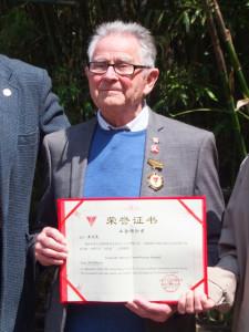 Bill Willmott和他的工合奖章和证书