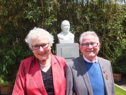 Bill Willmott 和  Diana Madgin, 在孙中山的半身像前,在宋庆龄住宅的花园里,北京
